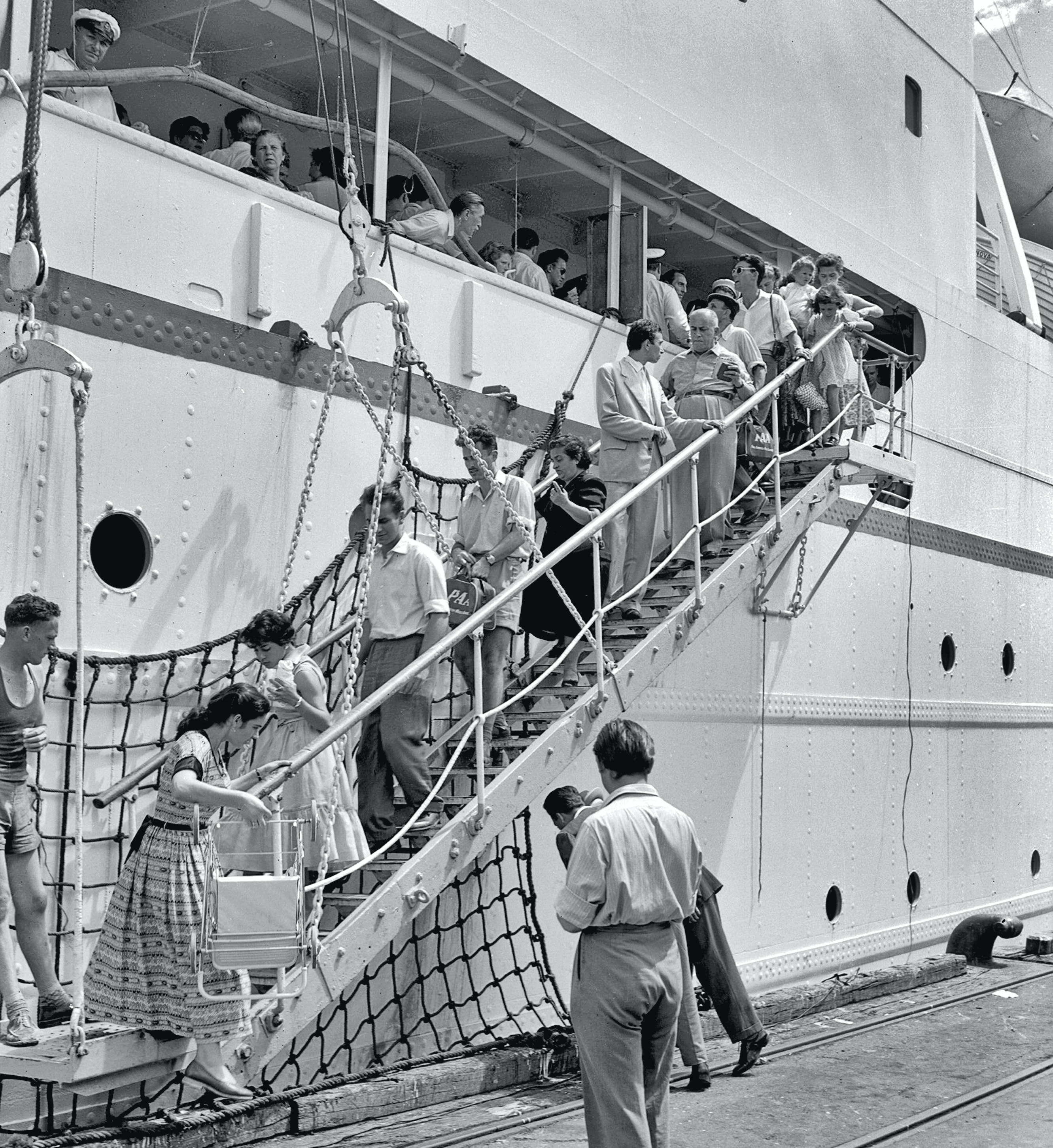 Hungarian migrants arrive on Aurelia, 1956