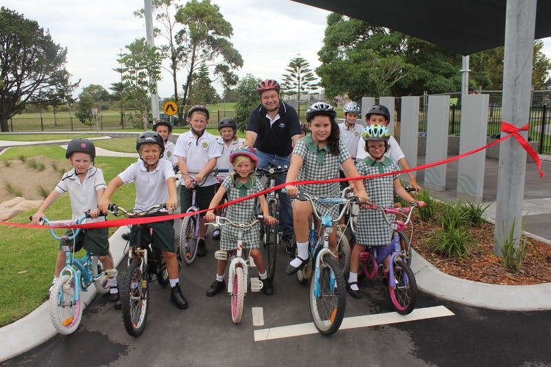 Mayor Tony Bowen with kids from Chifley Public School