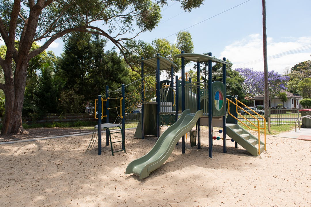 "Council has recevied a proposal to adopt the name ""Harris Park"" for the public reserve at 6-8 Leonay Street, Sutherland"