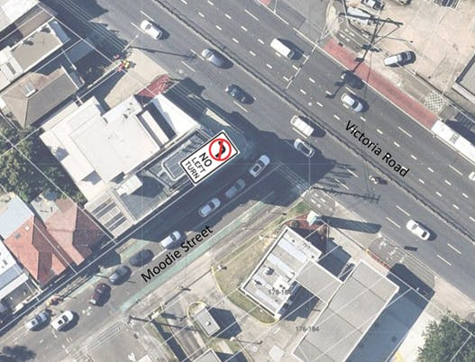 Google satellite view showing an eight-car queue attempting to turn left from Moodie Street onto Victoria Road.