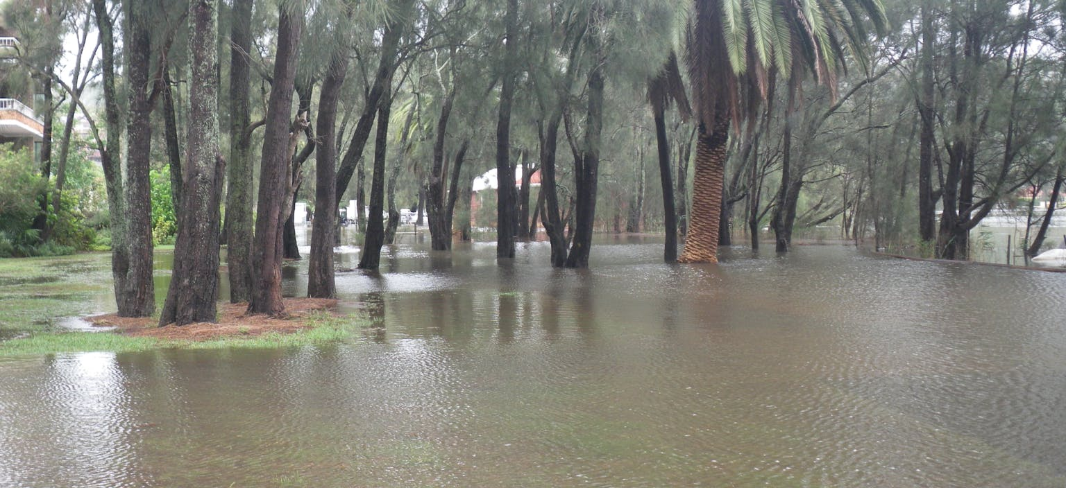 Photo   flooding on narrabeen lagoon foreshore   march 2011